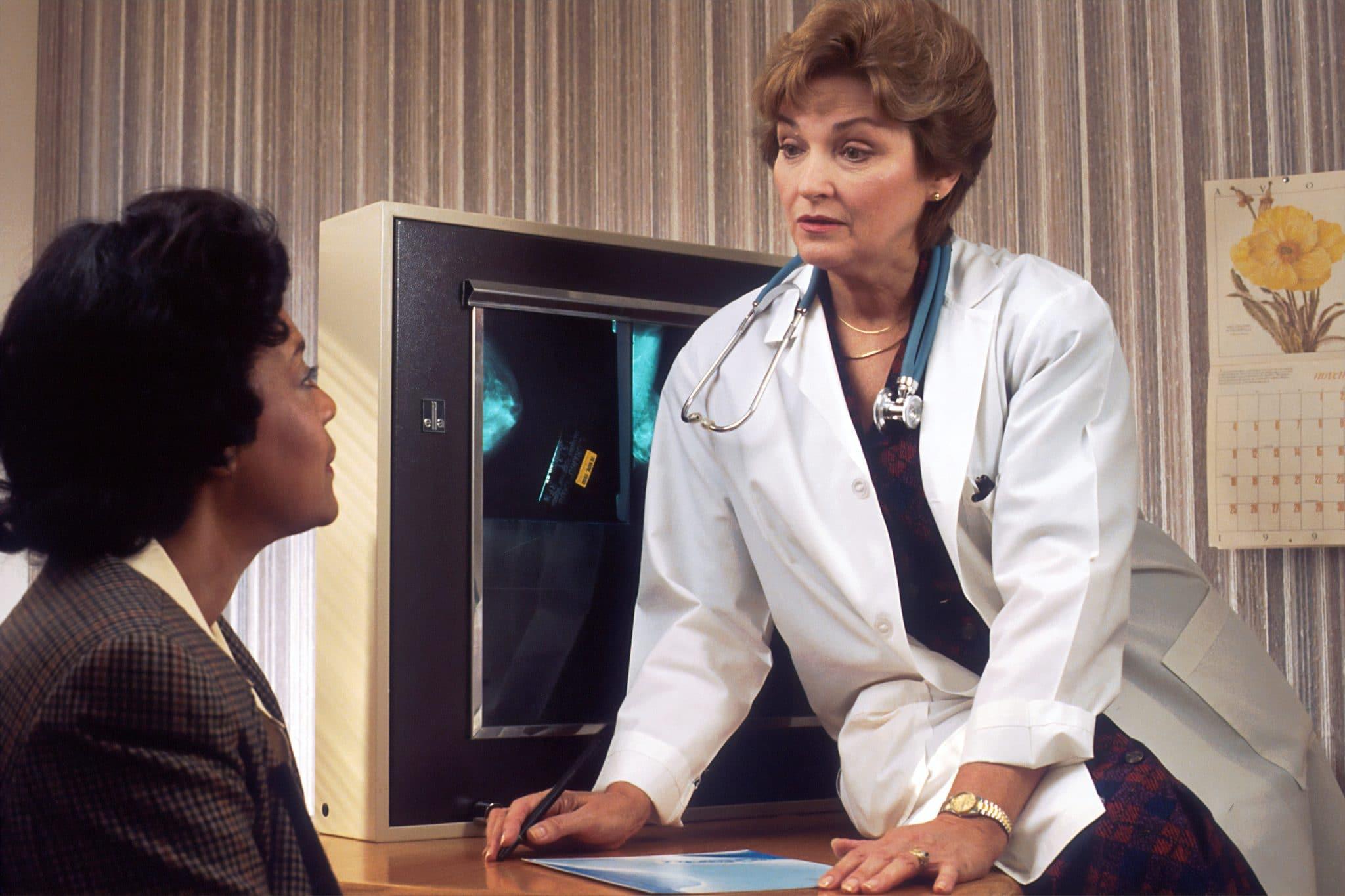 Un medico parla con il paziente: da vari studi si è stabilito quanto sia probabile nascondere la verità al medico