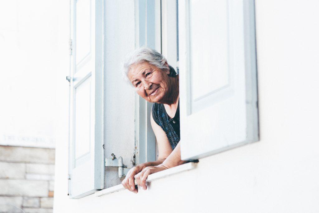 Un'anziana si affaccia alla finestra.