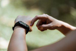 Un esempio di wearable: uno smartwatch al polso di una persona
